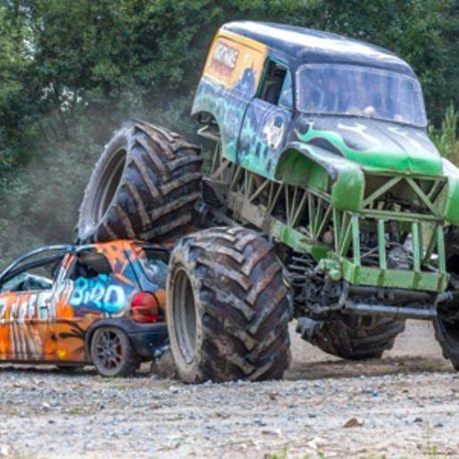 Auto-Crashen mit dem Monster-Truck