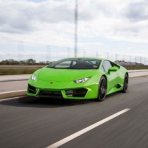 Supersportwagen auf der Straße fahren Magdeburg