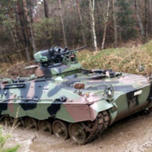 Schuetzenpanzer Marder fahren bei Osnabrueck