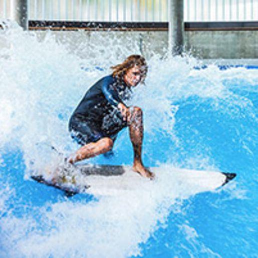 Exklusiv: Indoor Surfen fuer bis zu 12 Personen (Di. - So.) - Arena Muenchen