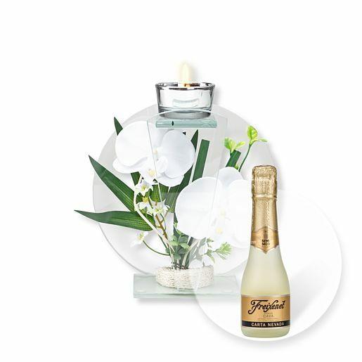 Rundes Glas-Windlicht mit weißer Orchideen-Deko und Freixenet Semi Seco