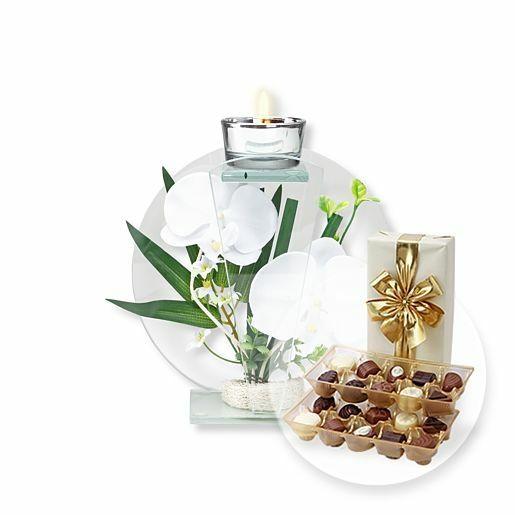 Rundes Glas-Windlicht mit weißer Orchideen-Deko und Belgische Pralinen