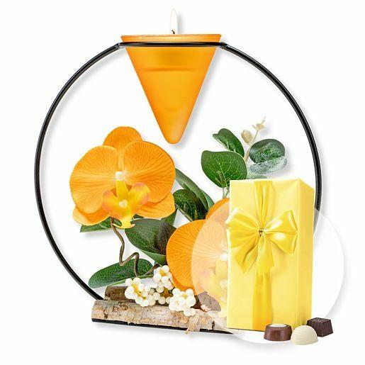 Teelichthalter mit orangefarbener Orchideen-Deko und Belgische Pralinen